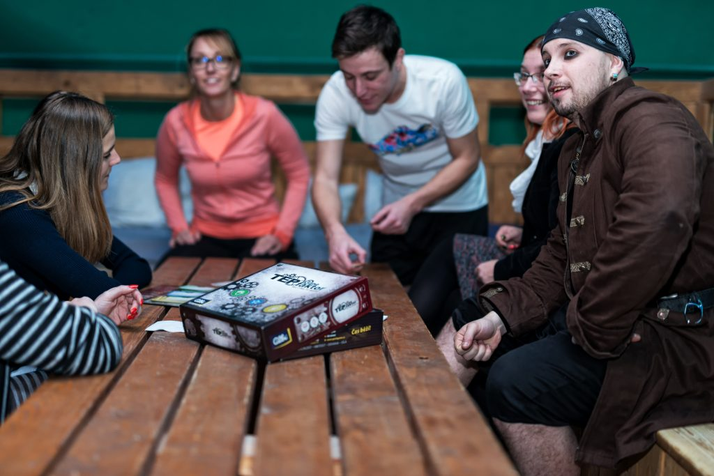 Teambuildingová aktivita u stolu